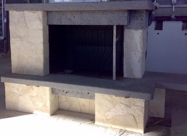 Rivestimento camino in pietra lavica cemento armato - Rivestimento tavolo ...